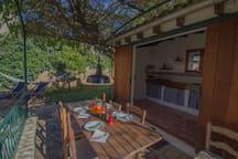 Cocina de verano y terraza.