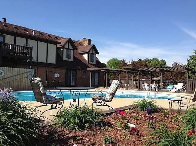 Beautiful Rm w/Pool Key/Breakfast in Chalet Condos