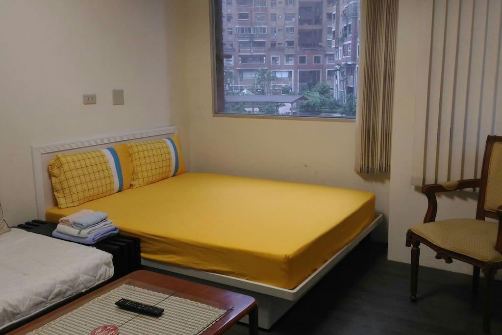 大面景觀窗,雙人床+單人床,多功能套房