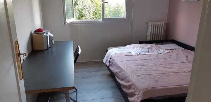 Chambre confortable et lumineuse à 20 min de Paris