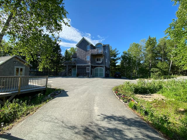 Iris Ledge: A beautiful New England house on MDI