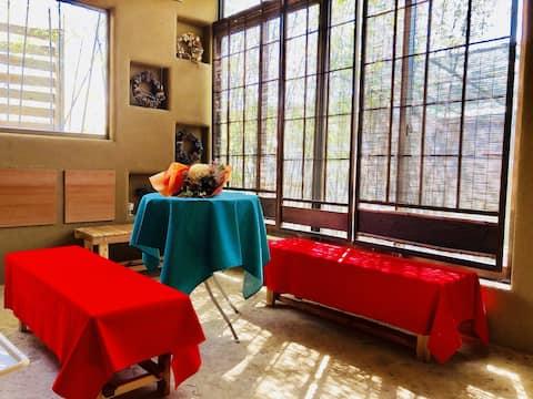 Indkvartering i gammel japansk stil begrænset til ét sæt per dag. Bag den omsluttende ovn er der et teværelse.
