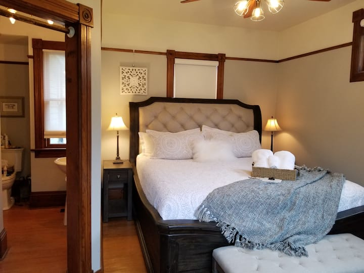 The Walnut Grove bnb-Vineyard Suite - large king