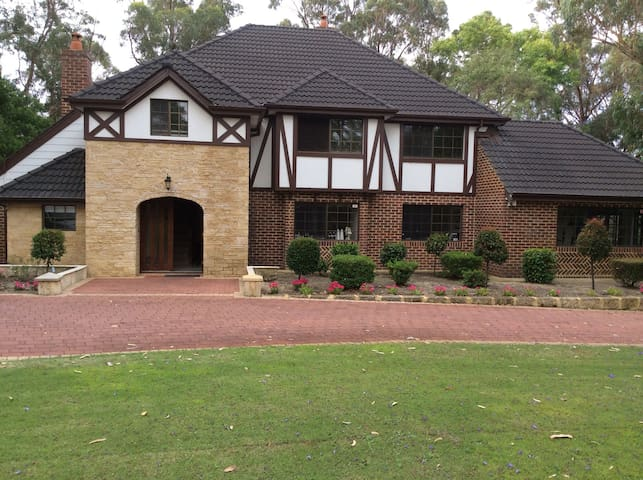 Country house 5 mins from joondalup - Carramar - Aamiaismajoitus