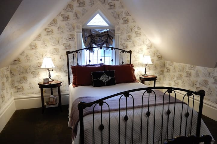 Toulouse - Queen Bed, Private Bath, & Breakfast - Eugene - Bed & Breakfast