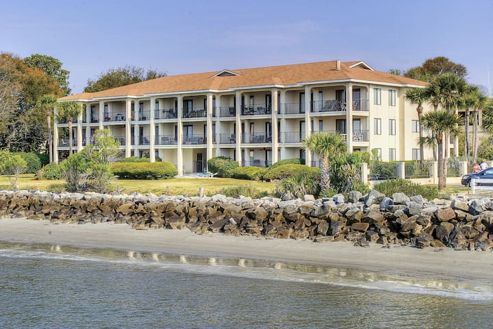 Direct Oceanfront and in the heart of the St. Simons Village-Pier