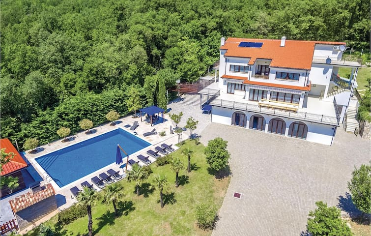 Holiday cottage with 6 bedrooms on 445m² in Bribir