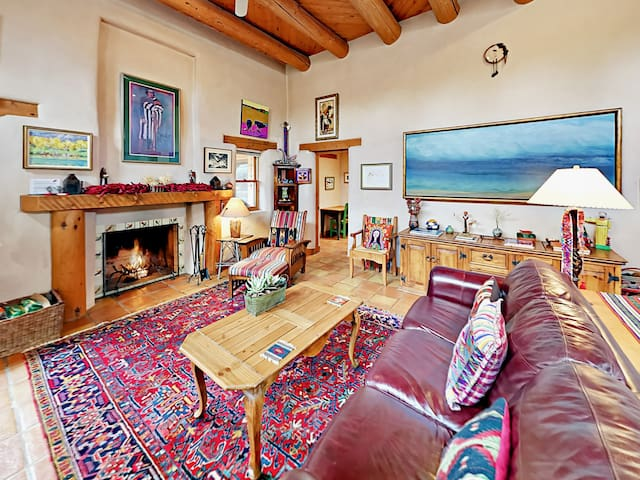 2BR w/ Private Courtyard  & Room for 6 - Walk to Taos Plaza