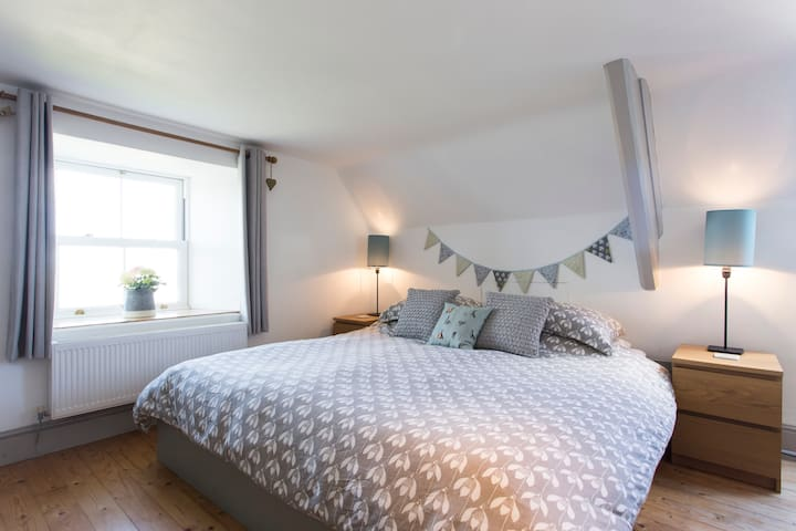Purbeck cottage bedroom in Acton with sea views - Acton - Huis