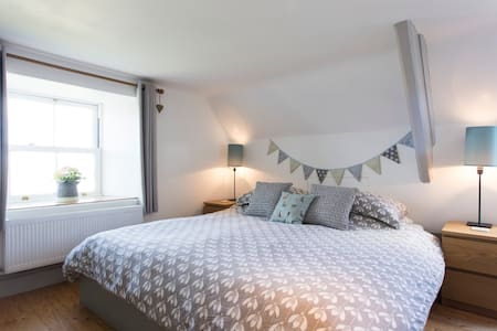 Purbeck cottage bedroom in Acton with sea views - Acton - 独立屋