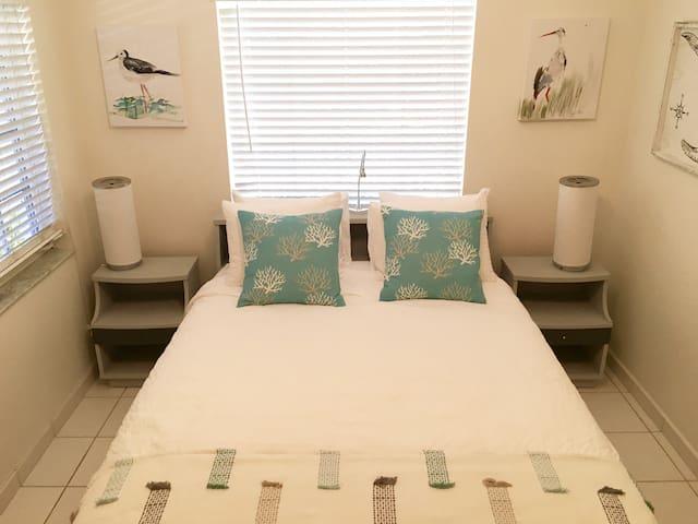 Bedroom/Ensuite Bathroom in Island Paradise - Key Biscayne - Dom
