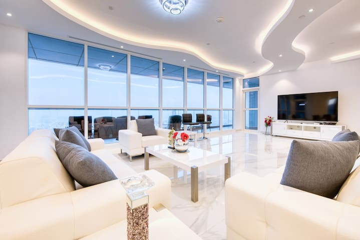 Stunning and spacious 3 bedroom apartment