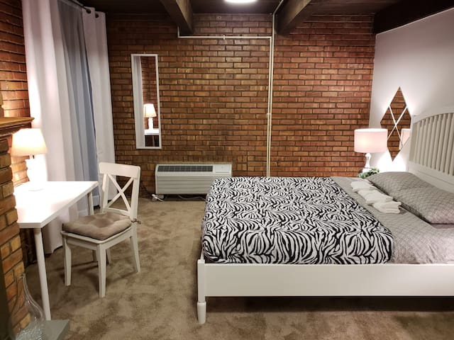 PRIVATE CLEAN LOFT + FREE PARKING DOWNTOWN CHICAGO