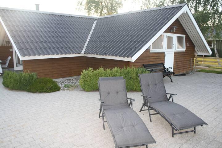 Hyggeligt velholdt Sommerhus mellem Hou og Hals