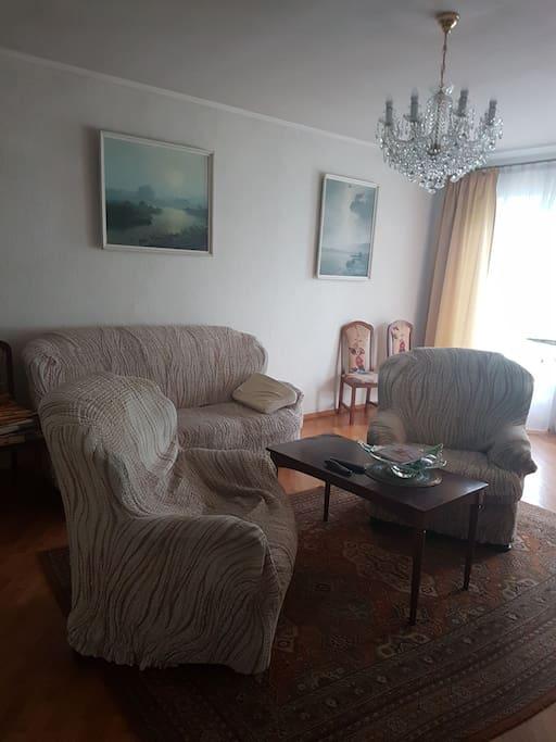 Общая комната с камином .
