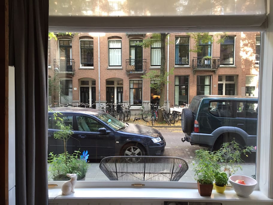 Big window which you give a great vieuw on the street and neighbourhood