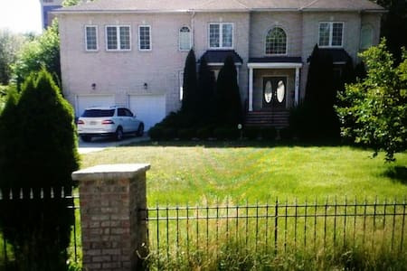 9 bedrooms in DC Metro area for a large group - Annandale - Haus