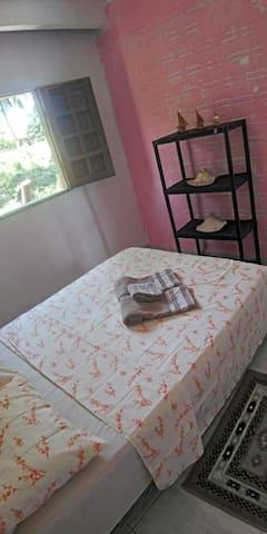 Quarto 2  Com cama casal  Prateleiras Criado mudo