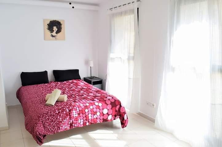 Sunny room w/ private bathroom in cosy Duplex