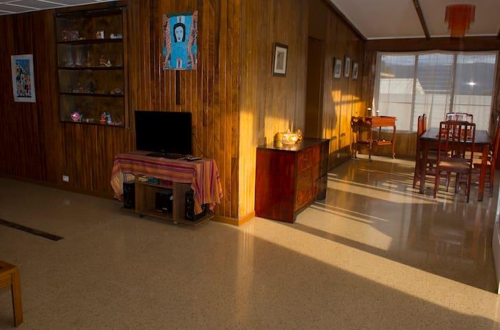 Sala de estar y comedor de la casa. Sabanilla Sweet Home tiene amplios espacios para la comodidad de los huéspedes.