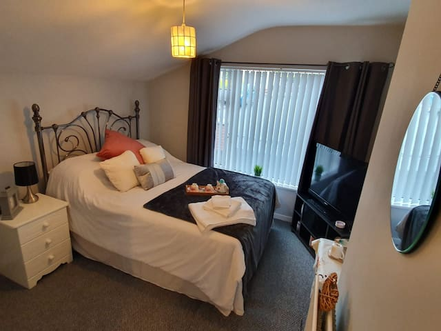 Private double, ensuite room to rent