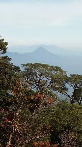 Vista al los volcanes. Este es Arenal. Desde el balcon.