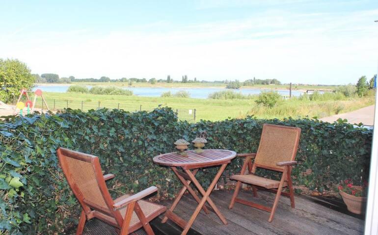 Appartement /mooiste uitzicht/rivier Rijn/Waal