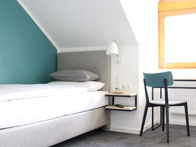 Hotel & Cafe Mühlenglück, (Oppenau), Einzelzimmer mit Bergblick, 12qm