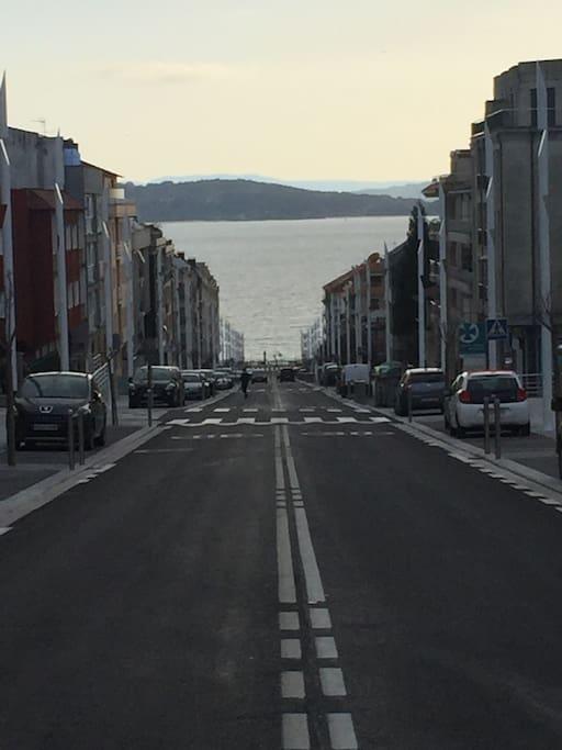 Foto desde el portal del edificio. Calle Luis Rocafort 38 y playa de SILGAR al fondo.  (Playa principal de Sanxenxo)