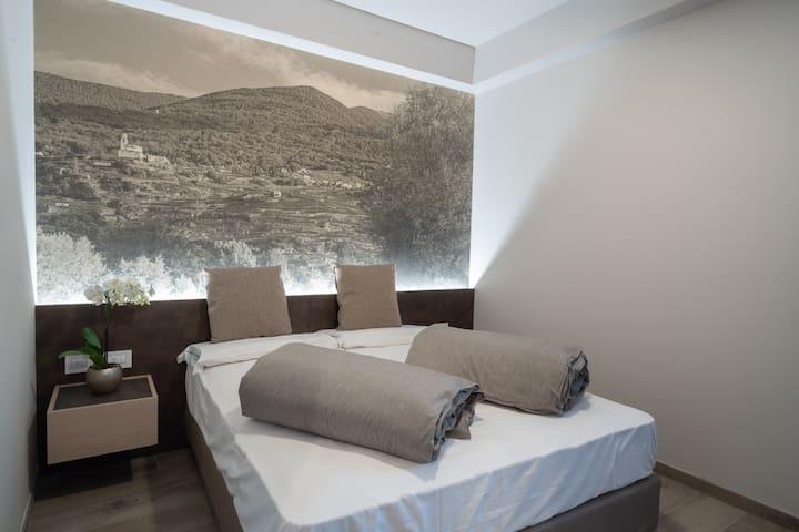 Le nostre camere Comfort sono pensate per le esigenze di coppie con bambini o di famiglie che trascorrono le vacanze in montagna: spazi a sufficienza per i bagagli e le necessità di grandi e piccoli, con bagno in camera.