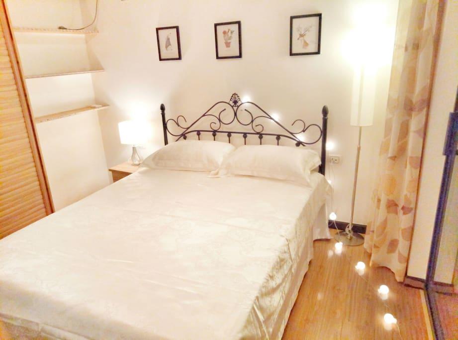 双人床卧室,美式铁艺床,宜家床垫,干净精致的被褥,还有温馨的灯光照明,带给您舒适的睡眠体验。