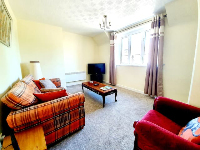 Bright Airy Home in Inverness with Free Parking!
