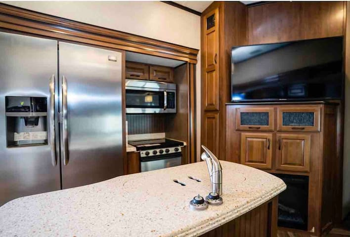 2 bed 1.5 baths! Luxury on wheels!