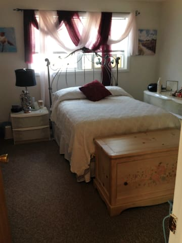 Cozy bedrm 15 min from Saratoga NY.  Females pref.
