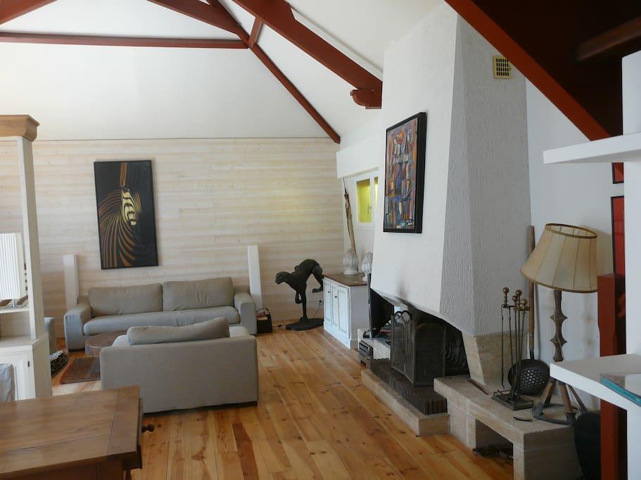 Une pièce à vivre de 50 m² vous permettra des retrouvailles familiales et amicales.