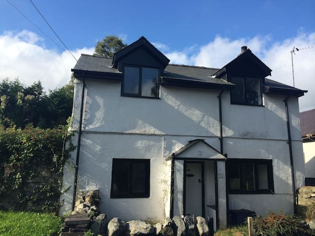 Cosy 17th Century Cottage, ideal for Snowdonia