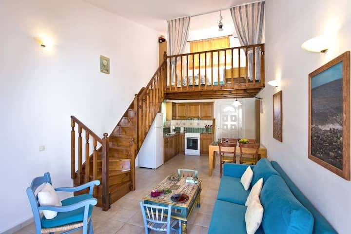 Morpheas two-bedroom apt. Just 1 min from the sea.