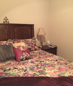 Cozy room with queen bed. Close to i24 - Murfreesboro - Maison