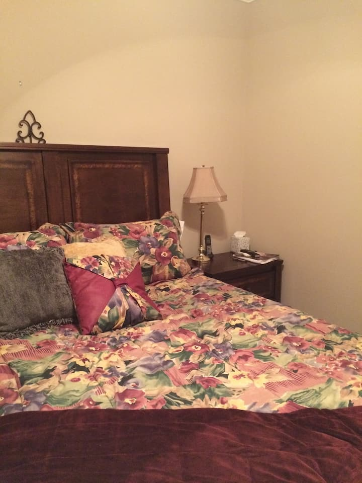 Cozy room with queen bed. Close to i24