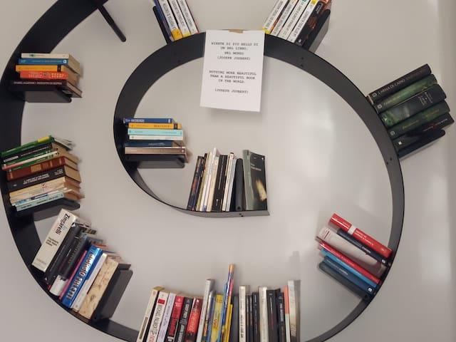 la libreria circolare nella Casa di Susanna sta a significare che i libri devono girare....