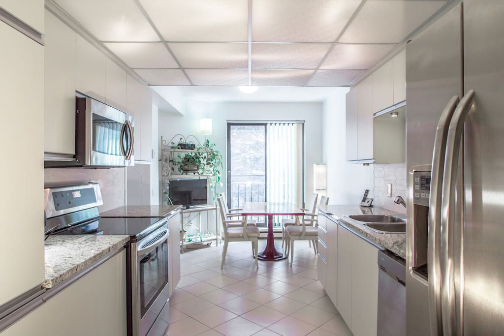 Fully equipped kitchen with dinette area