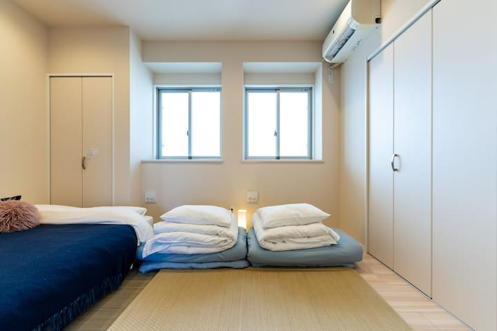 A futon set will be prepared from 7 people.  If you have less than 7 people and need a futon, please let us know.  7名さまからは布団セットを用意します。7名に満たなくても、お布団のご希望がありましたら、私たちに伝えてください。