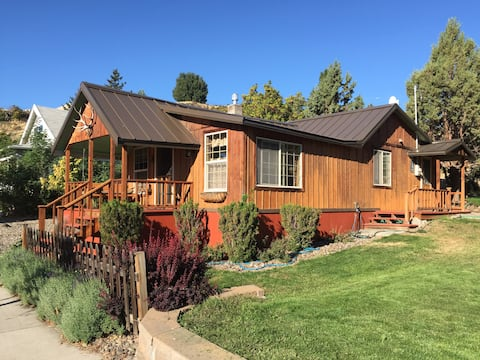 Cozy renovated 1919 cabin in downtown Maupin