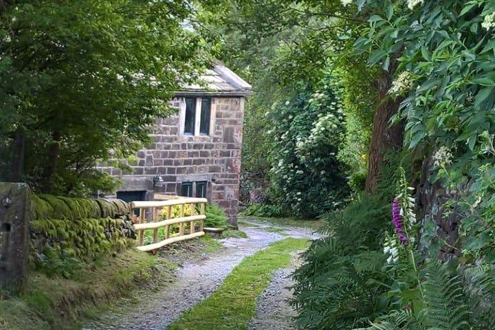Cosy farm cottage on a hilltop above Hebden Bridge