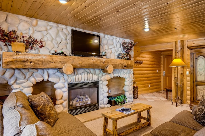 Charming condo in Deer Valley Resort with private hot tub & shared pool!