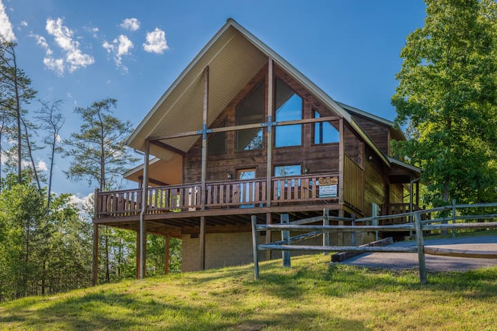 Dog-friendly getaway w/ private hot tub, gas fireplace, & amazing mountain views