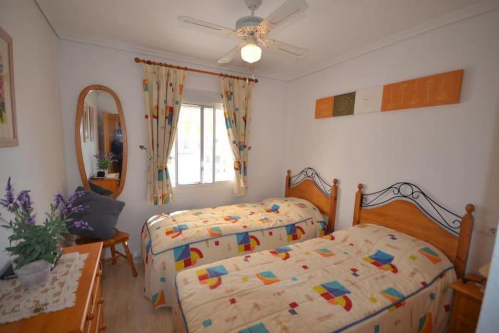 I denne leiligheten er sengene satt fra hverandre, i nr 2 er det dobbelsenger i begge soverom