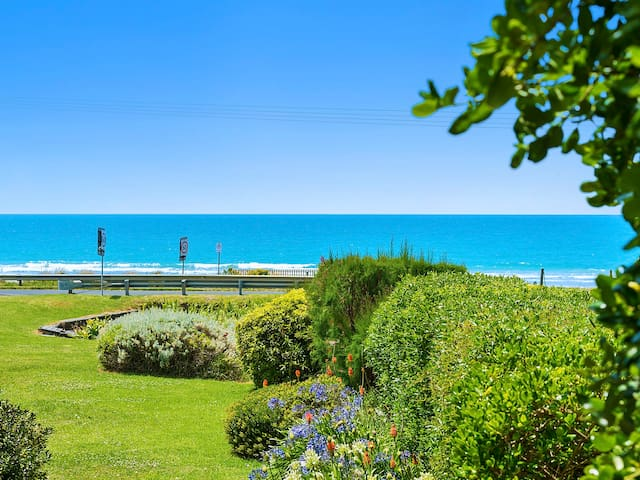 SANDY TOES RETREAT - beach and harbour views - アポロベイ - タウンハウス