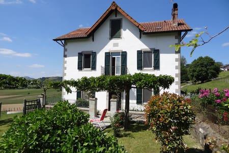 Maison familiale de caractère - Iholdy - Casa