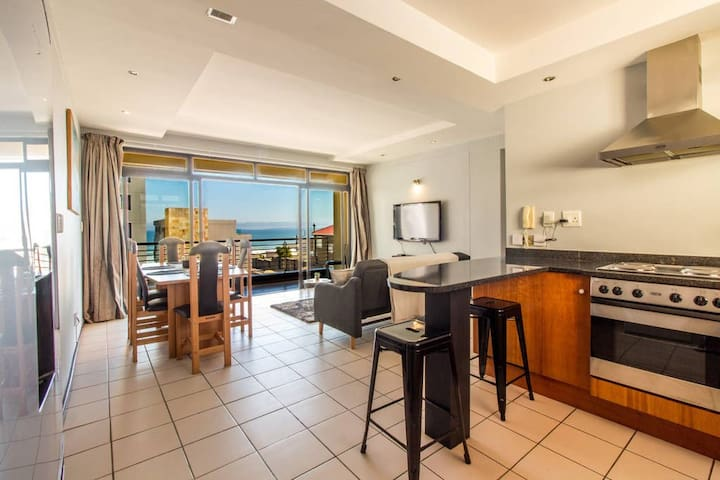 Light two bedroom with WiFi 1 min from the beach!
